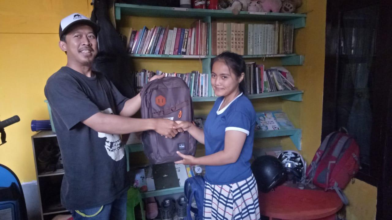 Sabumi beli peralatan sekolah dan diserahkan kepada anak yatim