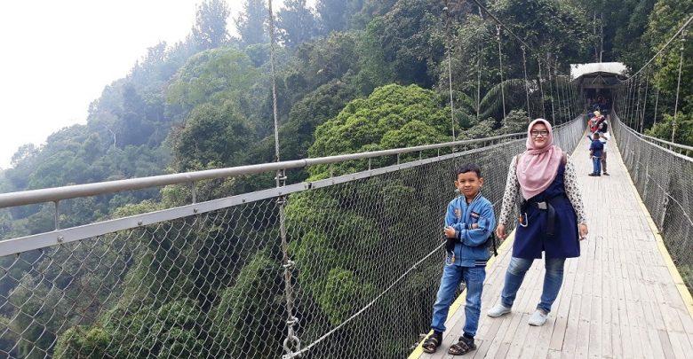 Anak-Anak Aman Menyeberangi Jembatan Situgunung Sukabumi