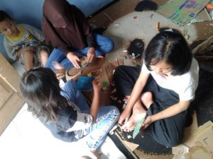 Anak Berkreasi Bersama Teman-Teman di Rumah Baca Hijau Sukabumi