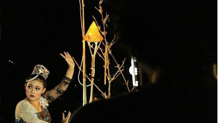 Eka Sakti sedang Menampilkan Tari Jaipong pada Gunung Sunda Festival 2017. Foto Wed