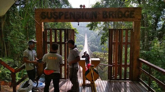 Kru Suspension Bridge Mengecek Keamanan Jembatan Terpanjang Situ Gunung