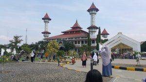 Masjid Agung Cianjur Tegak Berdiri Di Sisi Taman Alun-Alun yang Ramai Pengunjung.