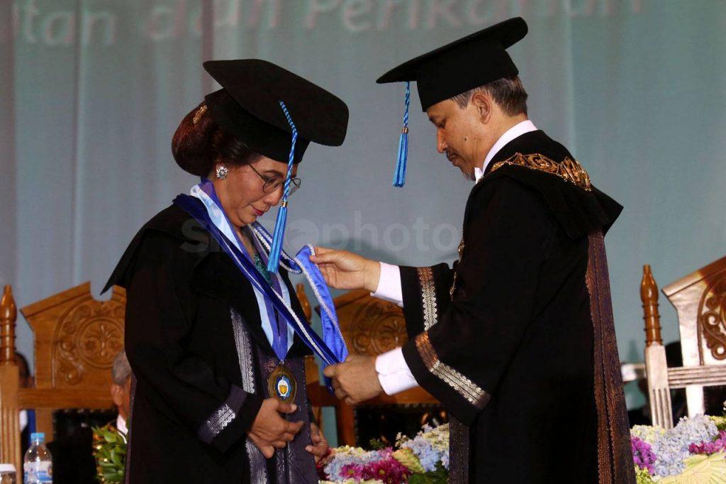 Menteri Susi Pudjiastuti menerima gelar honoris causa