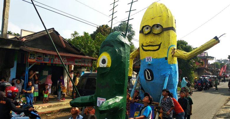 Minion Muncul di antara Keramaian Acara Pawai Samenan Cisaat Sukabumi