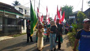 Para Siswa Mengikuti Iring-Iringan Pawai di Jalan Kadudampit Sukabumi