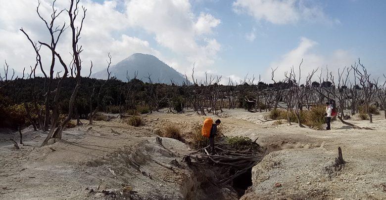 Pendaki Gunung Melintas di Gunung Papandayan