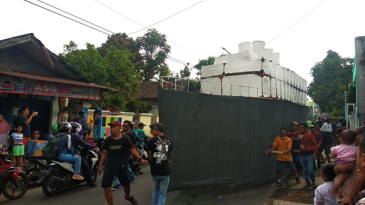 Pengendara ke Jalan Kadudampit Sukabumi Harus Bersabar, Ada Pawai Samen Bawa Kapal Titanic di Sana