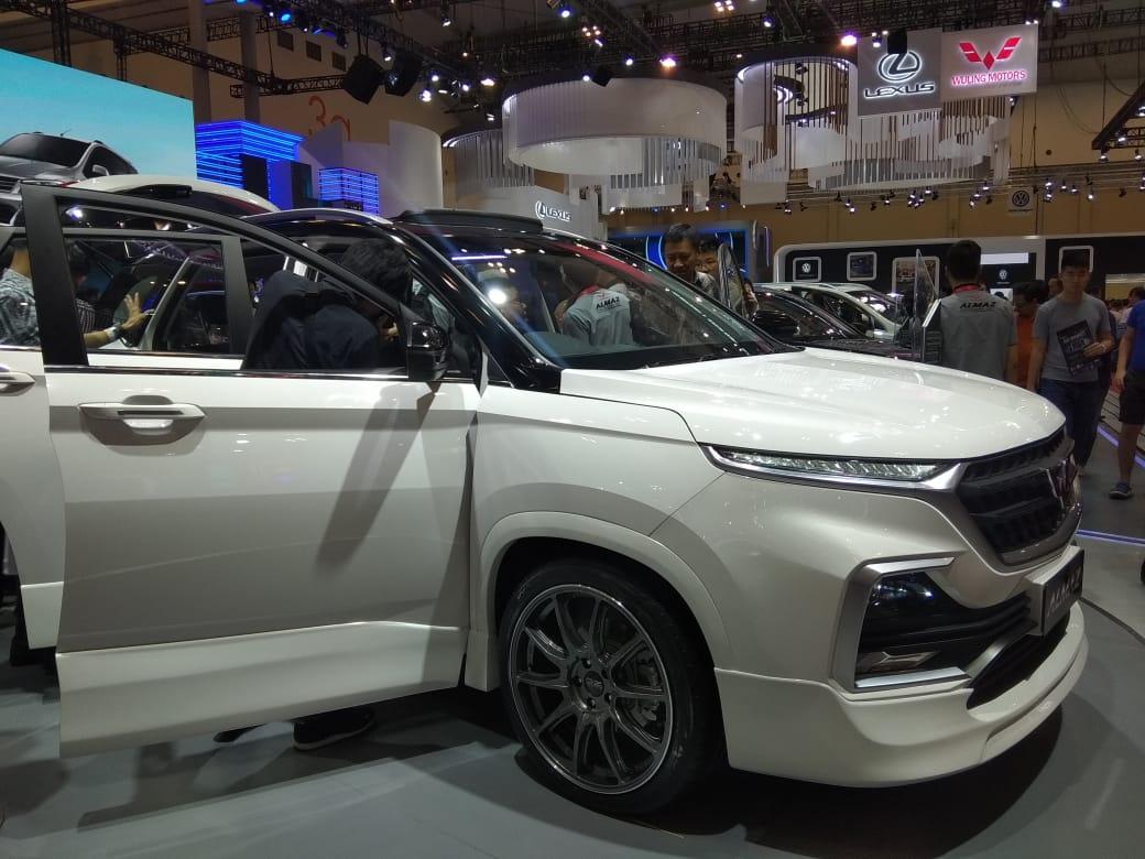 Pengunjung Melihat-Lihat Mobil di GIIAS 2019