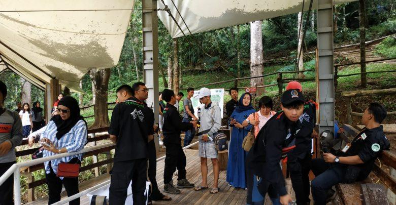 Pengunjung Mengantri Masuk Ke Suspension Bridge Situgunung