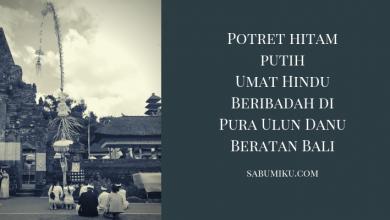 Potret Hitam Putih Umat Hindu Beribadah di Pura Ulun Danu Beratan Bali