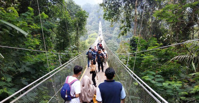 Suasana Jembatan Suspension Bridge Situ Gunung Sukabumi Setelah Libur Lebaran