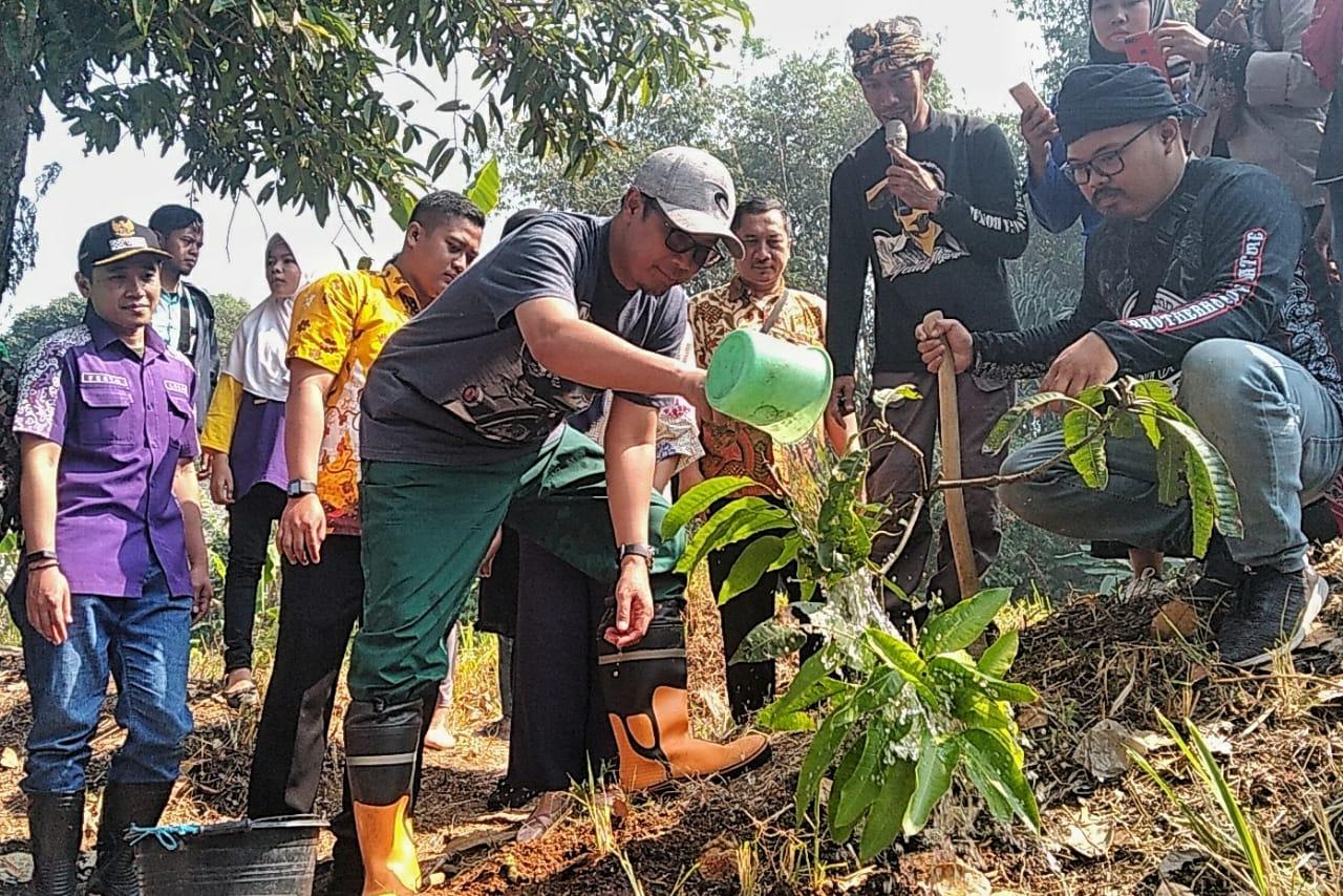 Walikota Sukabumi Menenam Pohoh Pada Hari Sungai