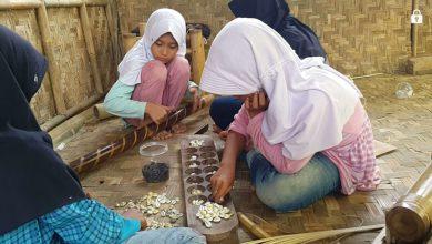 Anak Perempuan bermain congklak. Rumah Baca Bambu Biru
