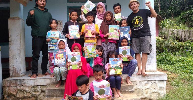 Foto Bersama Setelah Distribusi Buku dan Mendirikan Taman Baca di Timur Sukabumi