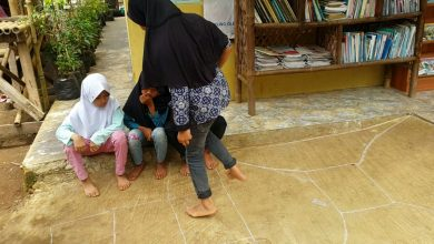 Permainan tradisional engklek atau sondah, melangkah dengan kaki satu
