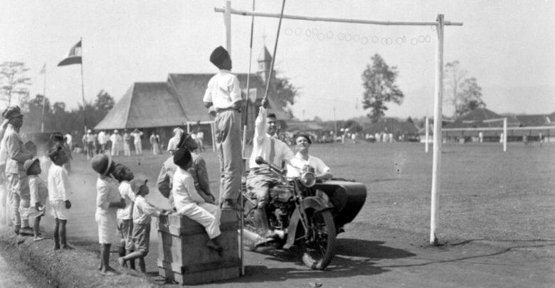 Kompetisi keterampilan untuk sepeda motor dengan sespan selama hari olahraga siswa sekolah polisi di Sukabumi. geheugen van nederland (2)