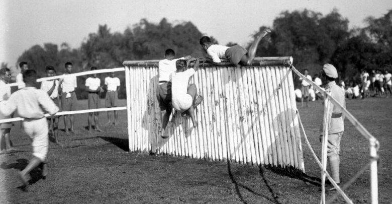 Murid-murid dari sekolah polisi di Soekaboemi menyerbu tembok pada rintangan saat perayaan olahraga antara tahun 1928-1931. geheugen van nederland (2)