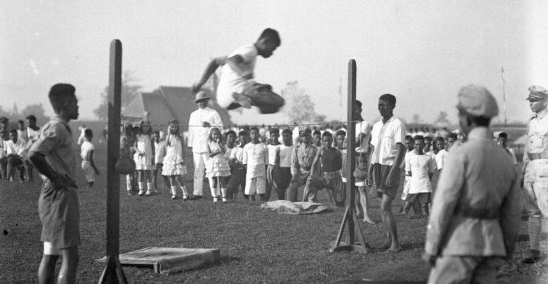 Murid-murid dari sekolah polisi di Soekaboemi menyerbu tembok pada rintangan saat perayaan olahraga antara tahun 1928-1931. geheugen van nederland