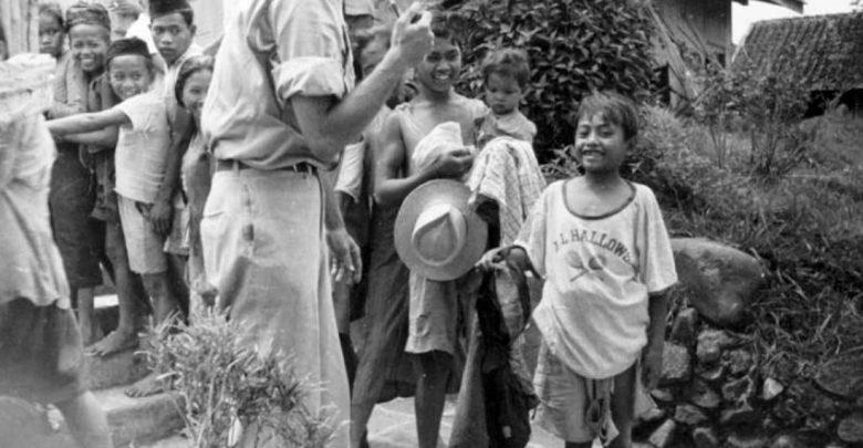 Perwakilan relawan internasional memberikan pakaian kepada korban perang di Sukabumi, Juni 1947. Nationaal Militair Museum