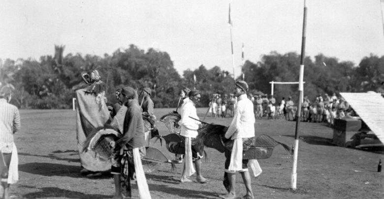 Sejumlah siswa perwakilan dari jawa timur mempertunjukan tarian kuda kepang di sekolah polisi, di Sukabumi antara tahun 1928-1931. geheugen van nederland