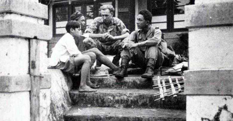 Tentara Belanda berbincang dengan beberapa warga, di sekitar Soekaboemi, Juni 1947. Nationaal Militair Museum