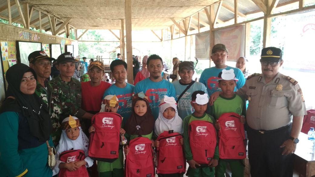 Ves Community Berdonasi Peralatan Sekolah Sukabumi