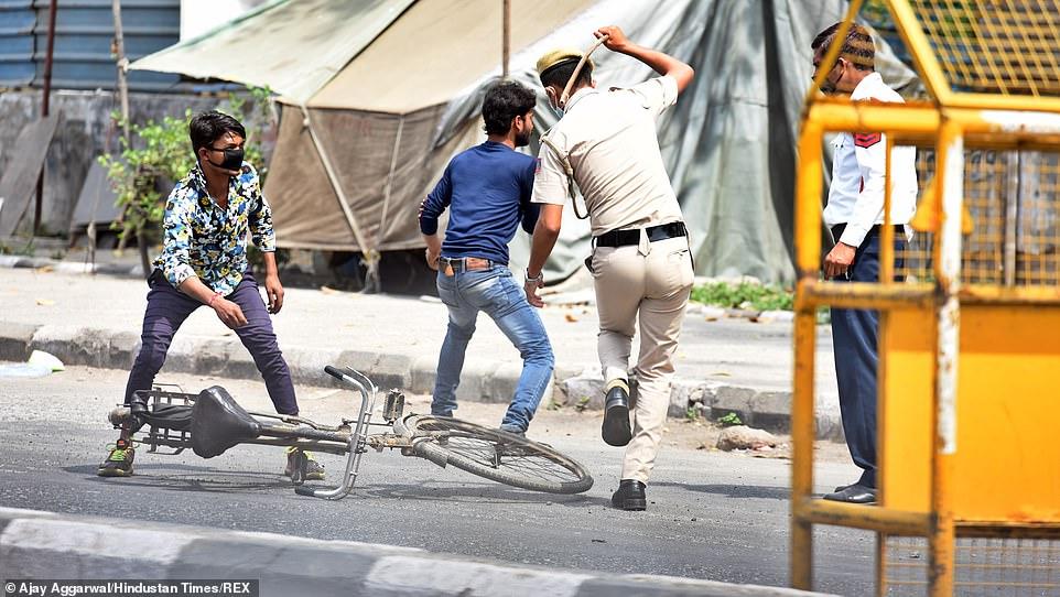 Polisi India menghajar dengan pukulan kayu orang yang ke luar rumah selama lockdown corona virus