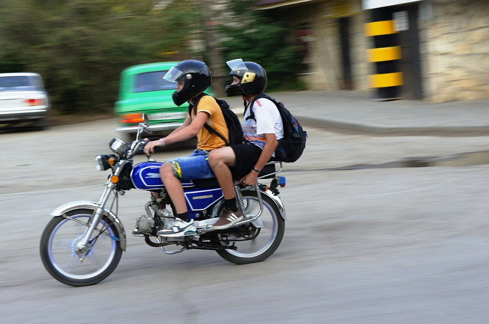 anak-anak mengendarai motor