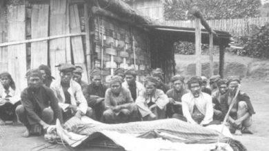 Jenazah korban pes dibungkus kafan dan kain batik di Malang, 1924. Tropenmuseum
