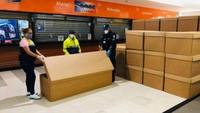 Menyiapkan Peti mati di Ekuador
