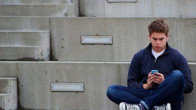 Remaja bermain media sosial