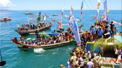 upacara labuh saji oleh nelayan