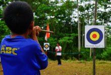 Anak Membidik Target dengan Permainan Tradisional Sumpit