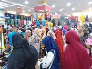 Berdesak-Desakan Memilih Baju Baru Di Toko Baju Sukabumi