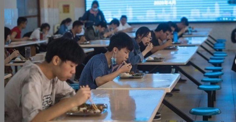 Jarak Makan di Ruangan sekolah juga di atur tetap menjaga jarak di Wuhan Cina