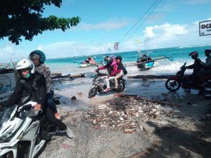 Pengendara Sepeda Motor yang Putar Balik di Pantai Kawasan Wisata Palabuhan Ratu