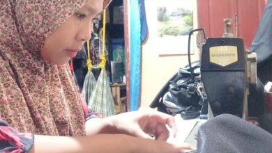 Perempuan Sukabumi Tetap Memiliki Penghasilan dengan Menjahit Ketika Suami Tidak Lagi Bekerja