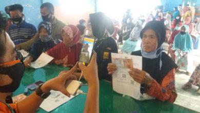 Warga Cicantayan Sukabumi Menerima Bansos COVID-19