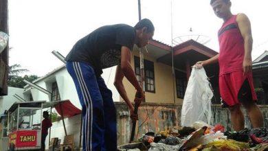 Andriana Menggunakan Kaos Hitam, Sosok Pemuda Sukabumi Bergelut dengan Sampah