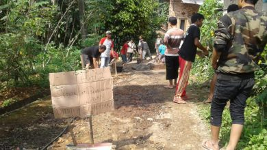 Memperbaiki Jalan Secara Gotong Royong dengan Masyarakat Urunan Pakai Uang Sendiri