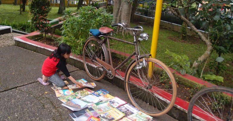 Seorang Anak Memilih Buku Lapak Baca di Taman Cisaat Sukabumi