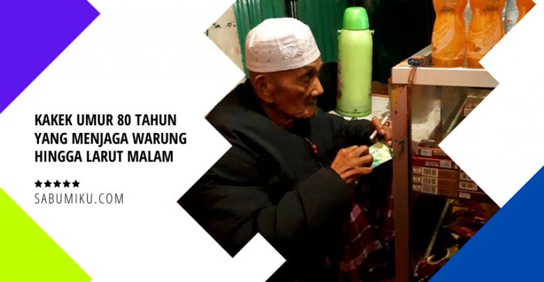 Kakek umur 80 tahun yang menjaga warung hingga larut malam