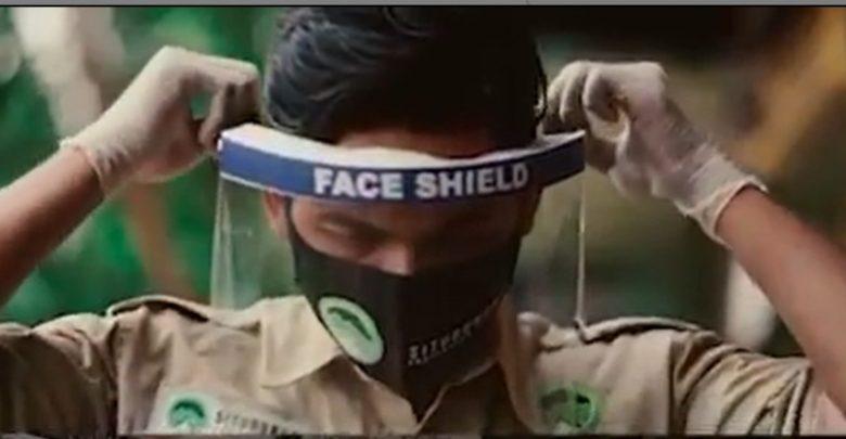 Petugas Menggunakan Face Shield di Situgunung Sukabumi