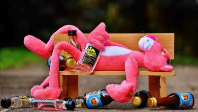 Jangan Ditiru Orang Pemuda cekoki Minuman Keras Kepada Anak-Anak