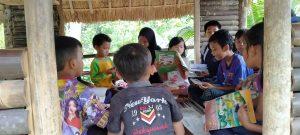 Membaca Buku Menyenangkan di Saung Edukasi Sukabumi
