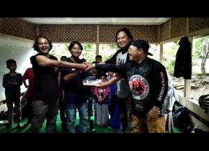 Penyerahan Buku Oleh BB 1 % MC dan Utah Lalay di Desa Cidadap Sukabumi