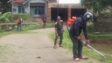 Ketua RT Dusun Cijati Bersihkan Jalan Kabupaten Sukabumi
