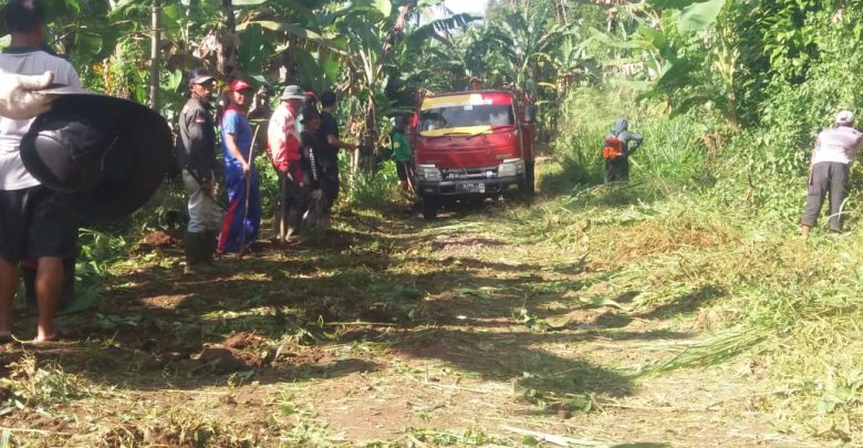 Warga Cijati Cicantayan Sukabumi Mengatakan Gotong Royong Membersihkan Jalan
