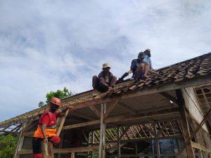 Kerjasama Para Pemuda Relawan dengan Masyarakat Lokal Sukabumi Melakukan Pembangunan Sekolah Madrasah
