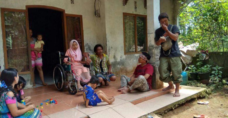 Donasi tongkat alat bantu berjalan ratih